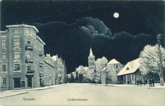 Prawdziwie zimowe Gniezno. Dziś najłatwiej zobaczyć takie na poniższej pocztówce - jednej z całej serii opublikowanych w 1909 roku nakładem wydawnictwa Paula Raucha w Gnieźnie. Jej tematem były właśnie zimowe uroki Gniezna. Na załączonej widokówce widzimy część ulicy Chrobrego (wówczas, na tym odcinku nosząca nazwę Lindenstrasse).  Po lewej zbombardowany we wrześniu 1939 r. budynek Hotelu Bristol. W oddali kościół ewangelicki (dziś garnizonowy), a naprzeciwko budynek poczty.