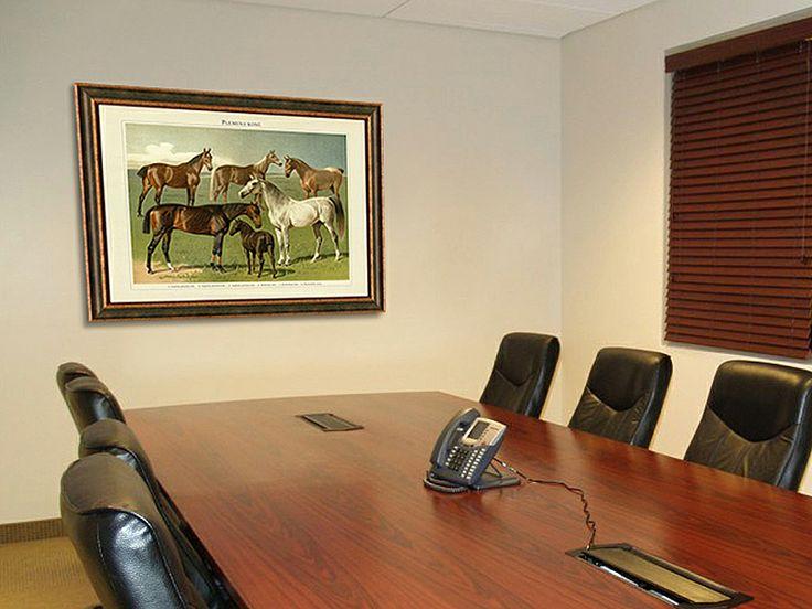 Obraz koní v zasedačce.