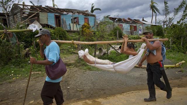 Cuba: una joven que se quebró una pierna durante el impacto del huracán en Baracoa, fue dada de alta ayer del hospital local y llevada en una hamaca a su casa