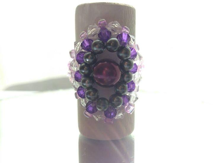 Anillo medallón, tejido en tonalidades violetas