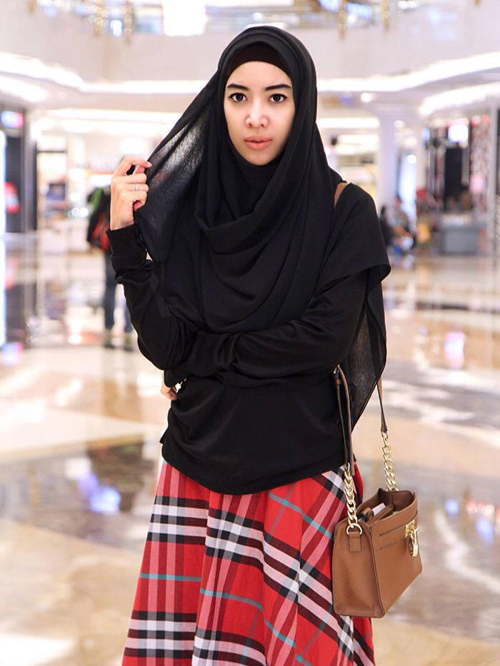 Fitri Aulia. Black scarf by KIVITZ.