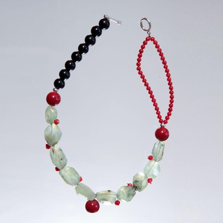 Collar realizado con piedras semipreciosas. Prehnita, coral, azabache y cierre de zamak.
