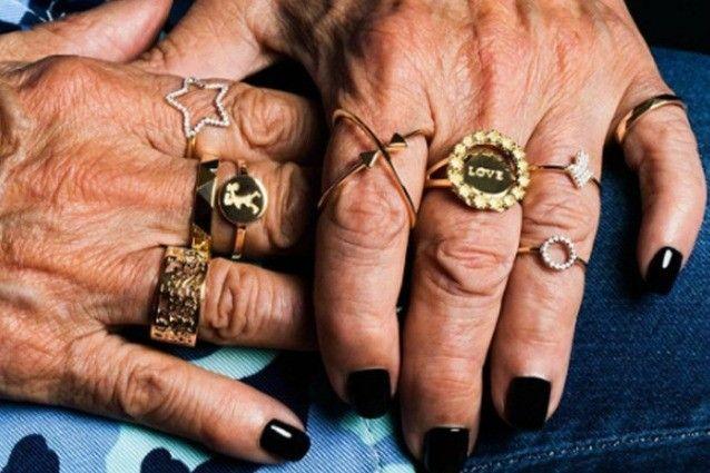 """""""Le mani sono espressive come un volto"""": 2 donne anziane diventano testimonial di gioielli"""