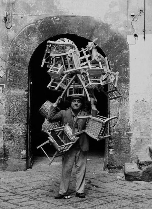 Ferdinando Scianna (Bagheria, 4 luglio 1943): Napoli, Venditore di sedie (chairs seller)