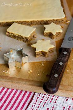 ŽLTKOVÉ REZY - 250g masla vymiešame s 200g práškovym cukrom, pridáme 200g hr. múky, 200g mletych orechov a 1/2 bal prášok do pečiva. Z 5 bielok vyšľaháme sneh, ktorý zľahka vmiešame do cesta; pečieme 30-40 min /160 °C. Z 250g pr.cukru, 1 bal vanilkového a 5 žltkov ymiešame polevu, ktorú ihneď vylejeme práve upečeny koláč. Necháme odstáť na chladnejšom mieste.