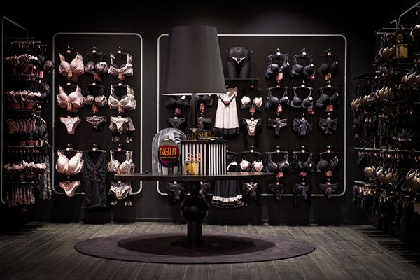 With 500 m², the location at the Meir in Antwerp is Hunkemöller's largest flagship store ever. The store has the look and feel of a Hunkemöller mansion, divided into various sections devoted to different moods. The flagship store sells all of the product …