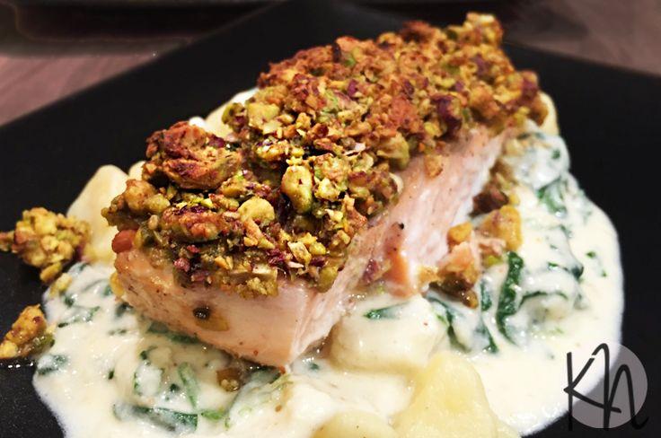 Kulinarne Niebanalne: Łosoś w pistacjach z gnocchi w sosie serowym ze szpinakiem