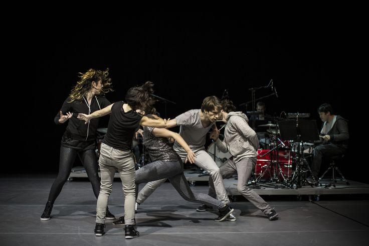 """Democracy: """"Tanz, wie man träumt ihn zu erleben: die Musik umfangend, sich mit ihr vermischend und öffnend zu ungezügelter Phantasie."""""""