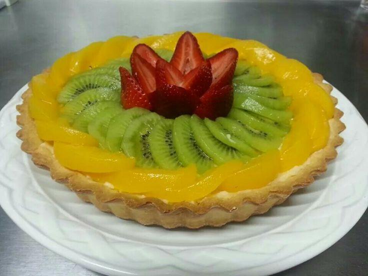 Tartaleta de Frutas. Con una base de pasta sucree y un suave relleno de crema pastelera de vainilla, decorada con frutas. Precio $250