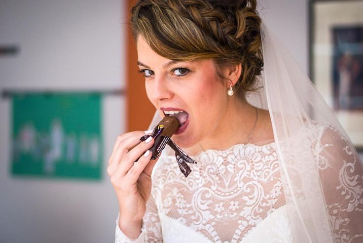 Ein Moment der Ruhe: Nervennahrung vor der Trauung 😍 #weddingphotography #hochzeitsfotografie #herecomesthebride #nervennahrung #styling #preweddingphotos #einmomentfürmich #nocheinmaldurchatmen #beautiful (hier: Schwerin)