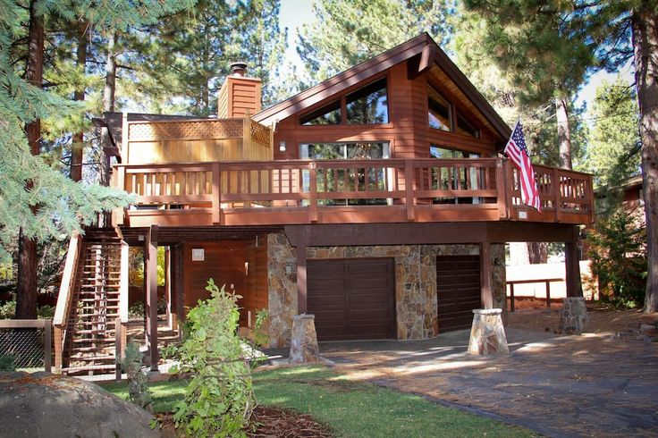 Cabin in Sunnyside-Tahoe City, United States. Beautiful North Lake Tahoe home in desirable Dollar Point neighborhood. Guest access to gated private beach area, tennis courts, and swimming pool. Close proximity to skiing, hiking, biking, golf, shopping, and restaurants (sleeps 8)  Beautiful No...