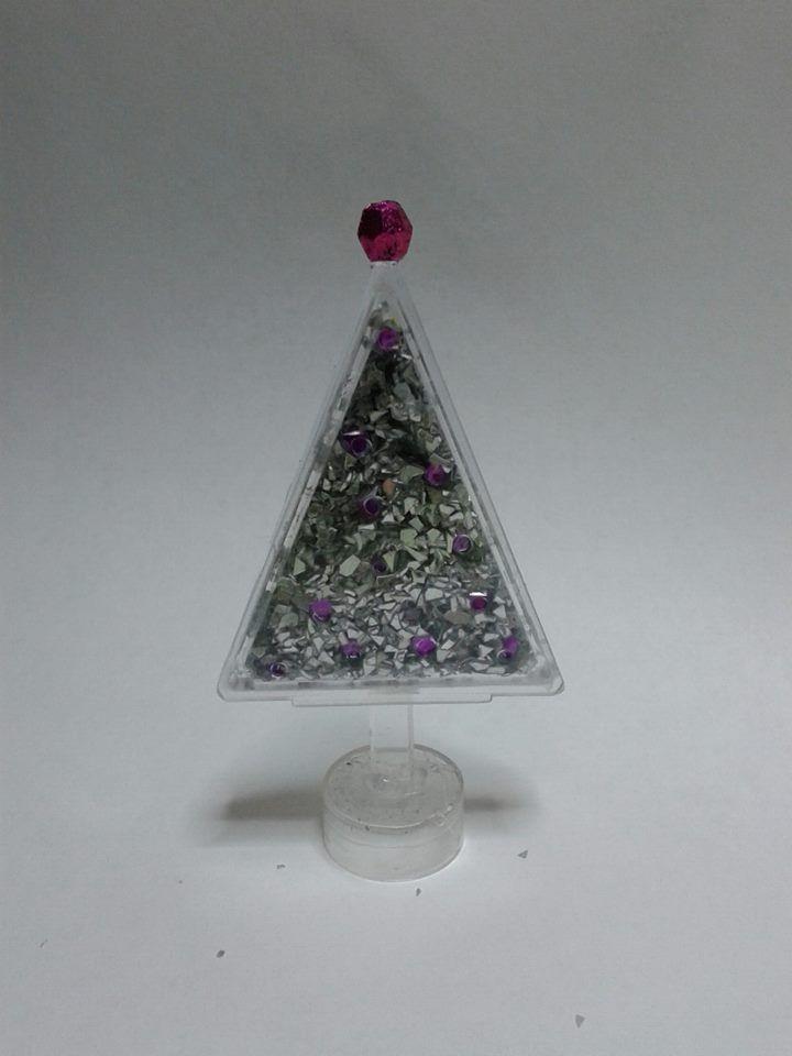 Julgran av en saffrans-ask fylld med glitter och paljetter.