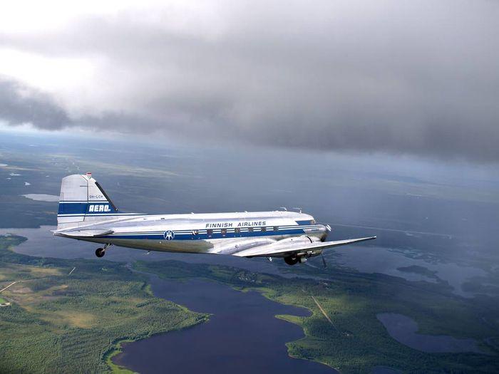 Maineikas DC-3 lentokone kuljetti 6.9.2015 vieraita Riihimäellä pidettävään Rauta & Petrooli -tapahtumaan.