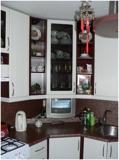 Угловая мебель на маленькой кухне