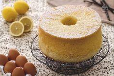 La chiffon cake è una sofficissima torta di grande effetto e dalla consistenza soffice e leggera. Ideale come dessert di fine pasto durante le feste.