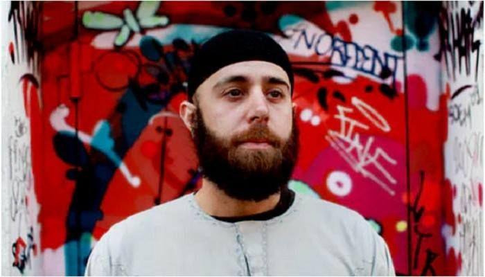 Terry Holdbrooks mantan Perwira Militer di Penjara Guantanamo yang menjadi Mualaf. Foto: The Guardian.  AWALNYA Terry Holdbrooks bergabung dengan militer AS agar mampu membayar uang kuliah. Namun kemudian ia menemukan sesuatu yang lebih berharga daripada gaji untuk membayar kuliahnyayakni hidayah islam. Terry menemukan Islam di penjara paling ketat di duniaGuantanamo.  Ketika menceritakan pengalamannya di Islamic Center Bloomington Terry mengaku frustasi bekerja di Guantanamo. Ia bahkan…
