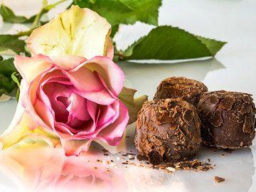 Сегодня предлагаю простые десерты из шоколада - не только вкусные, но для их приготовления не надо будет варить, печь, жарить и пр.!  Приготовим шоколадные простые десерты  1. Фадж с белым шоколадом 2. Шоколадное масло с белым шоколадом 3. Шоколадные конфеты 4. Шоколадный чизкейк без выпечки