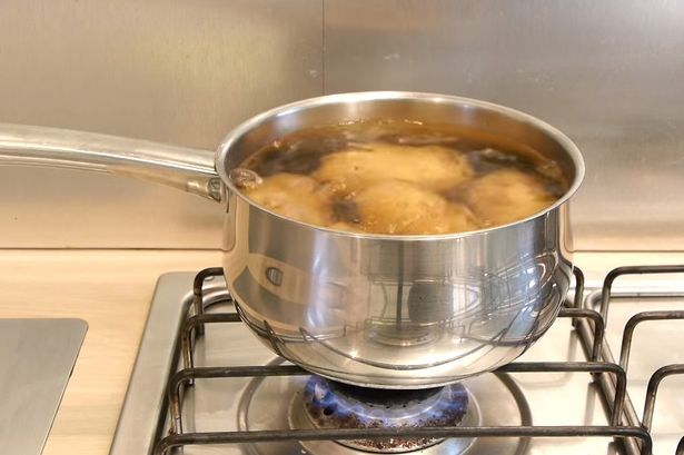 Быстрый способ очистить вареный картофель без использования ножа
