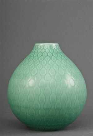 Nils Thorsson, for Aluminia, 'Marselis' løgformet vase med lys grøn glasur, mærket nr. 2647, h. 27 cm.