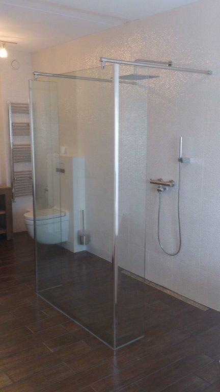 meer ruimte gevoel in een kleine badkamer door glazen wand.