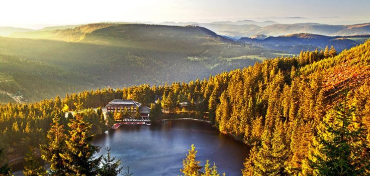 Wellness in Baden-Baden ist gleich Wellness im Schwarzwald. Mit dem großen Unterschied: Sie haben ein grandioses Kulturprogramm und hervorragende Restaurants in direkter Nähe zum Hotel am Sophienpark. -  Das Foto zeigt Ihnen den Blick auf den Mummelsee.  Quelle: WELT