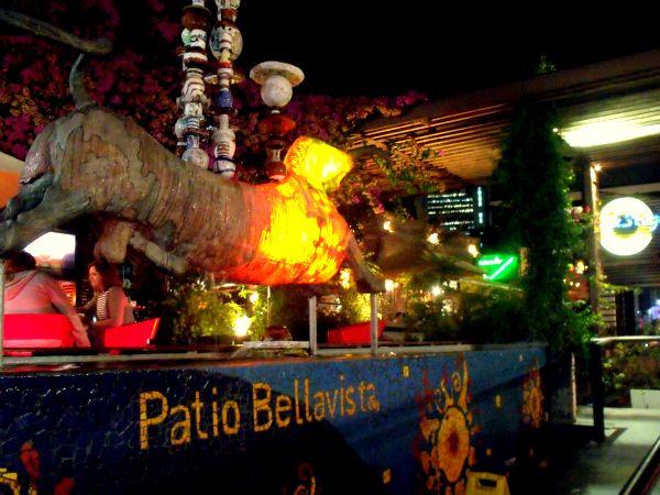 Ubicado en el límite de las comunas de Recoleta, Providencia y Santiago, está el barrio Bellavista, conocido como el barrio bohemio de la capital.