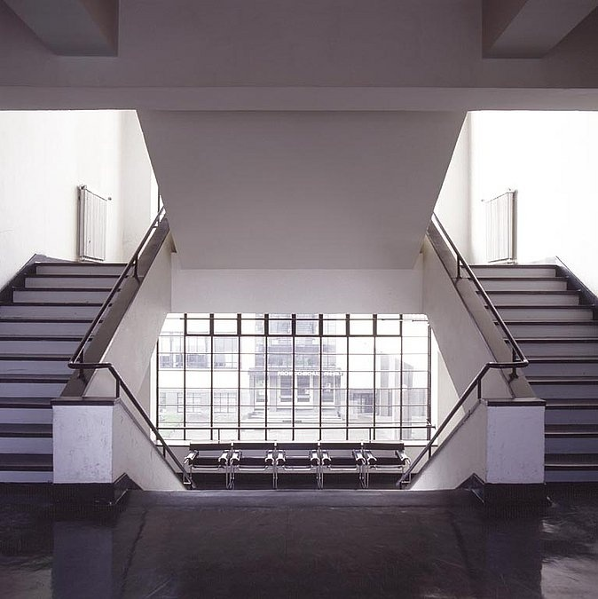 Bâtiment du Bauhaus - W. Gropius - Dessau (1926) Escaliers lieu de rencontre (deux volées simples et une volée double)
