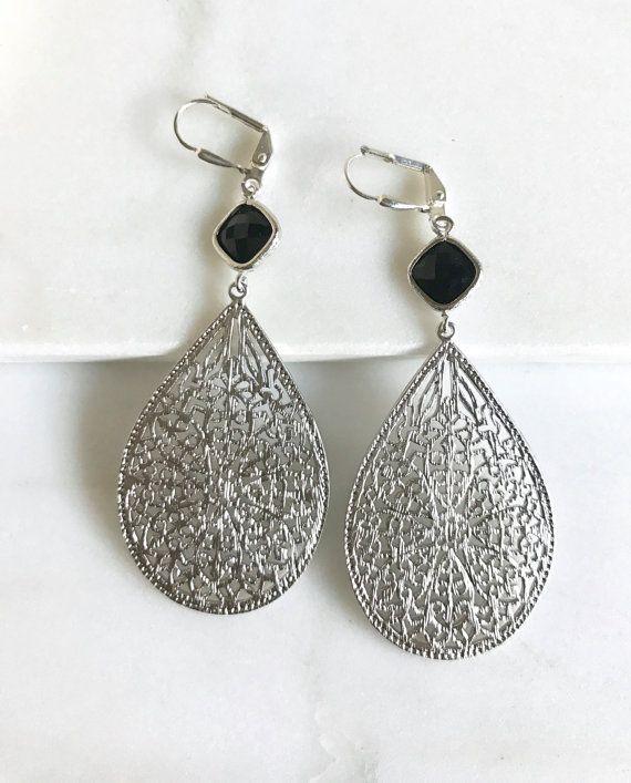 Zwart zilveren kroonluchter oorbellen in zilver.  Bengelen