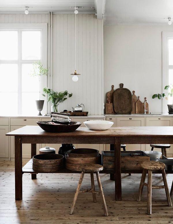 Wabi Sabi Style Kitchen. Küche Rustikal Traditionell Beige Möbel, Antiker  Holztisch Als Jücheninsel