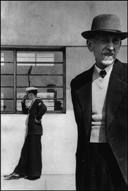 Sergio Larrain CHILE. Valparaiso. 1954.  Su fotografía es lírica, cercana y certera. Retrató lo que vió, lo que le llamaba la atención. No tenía algún motivo, se dedicó a caminar, errar, explorar. Se considera que  vagabundeó con la cámara en mano.