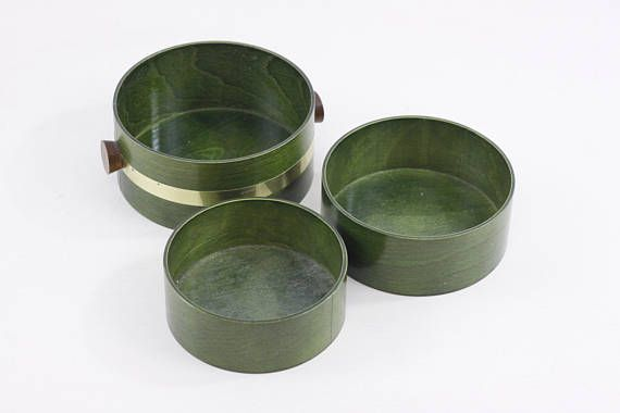 A high-quality green bentwood set of serving bowls, this set of 3 vintage Japanese mid-century wooden nesting dishes was made by the Saito Wood co.  This company has been in business since the 1940s, but this set is most likely to date from the late 1960s or 1970s, when this clean look was so popular. Great to use as a snack set for movie nights in, parties or family gatherings.