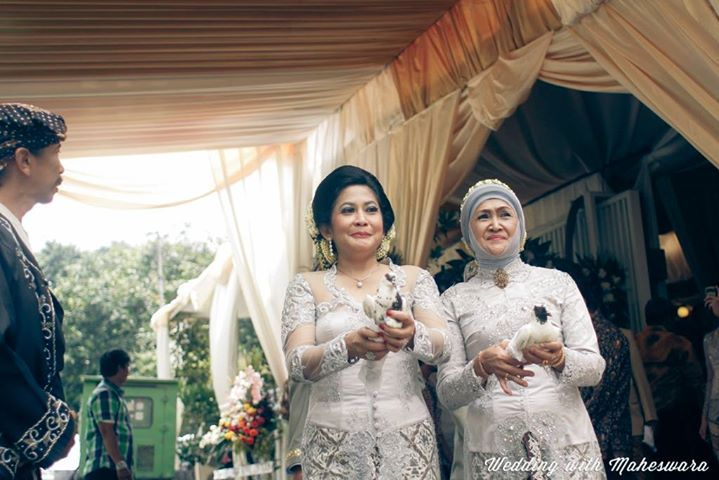 Berbeda dengan pernikahan adat Jawa yang melepas ayam betina, dalam pernikahan adat Sunda Jawa Barat, kedua ibu mempelai melepas sepasang merpati sebagai tanda kesiapan dan kerelaan mereka melepas anak-anak mereka menuju pernikahan atau hidup baru.