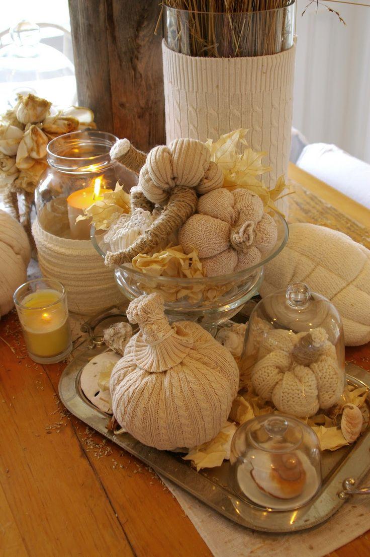Pumpkins made from old sweaters....love the cream colored display./bemærk også det høje glasrør i baggrunden, med sweater på