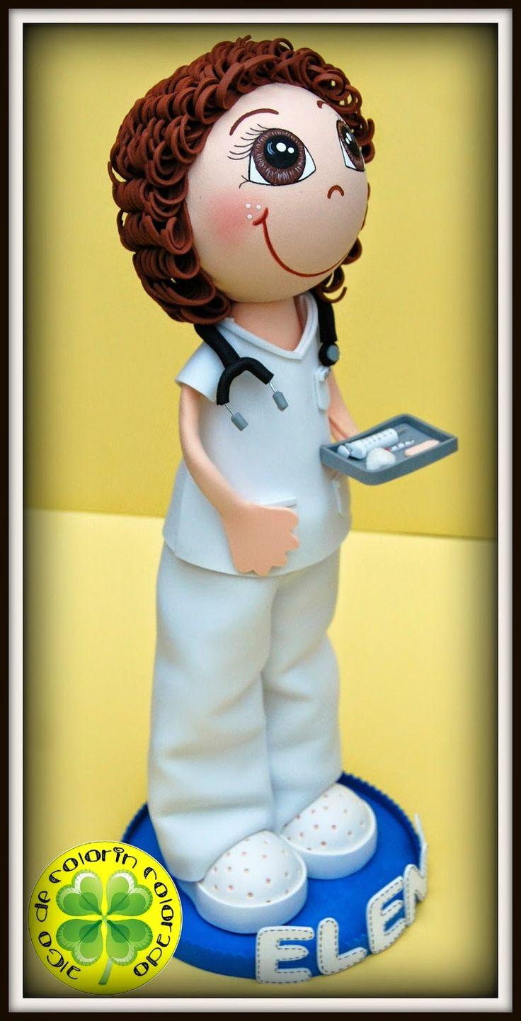 Comenzamos la semana y también el mes de Noviembre con una nueva fofucha, es una enfermera y se llama Elena. Lleva un pijama blanco, con unos zuecos blancos, un fonendoscopio y una bandeja con sus utensilios de trabajo. Esperamos que a Elena le haya gustado su regalo.