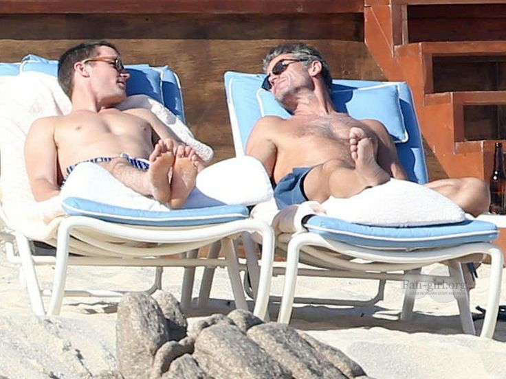Kelly Ripa and husband hang out with Matt Bomer and Simon Halls at the beach in Mexico.