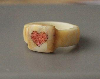 Anillo de asta, tamaño 6 nosotros, anillo del corazón, corazón rojo anillo, anillo de Scrimshaw, anillo grabado, anillos de las mujeres, joyería de cuerno, anillos de hueso, joyas de hueso