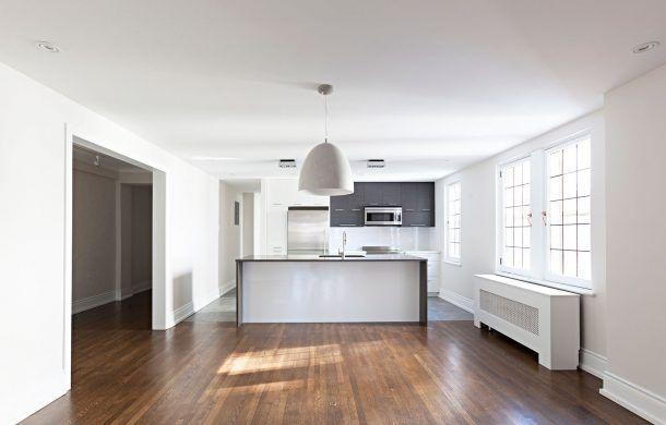 3055 Sherbrooke Ouest - 5½ (2 chambres),  Chequers Court - Cromwell ◆  Situé dans un magnifique immeuble de style Neo Tudor datant de 1929, à deux pas de grands espaces verts et d'une piste cyclable. Foyer dans chaque appartements et place de stationnement int./ext. disponible. ◆ INCLUS: chauffage, cuisinière, eau chaude, lave-vaisselle, réfrigérateur. ◆ Métro: Atwater, autobus: 24, 104, 138, 144.