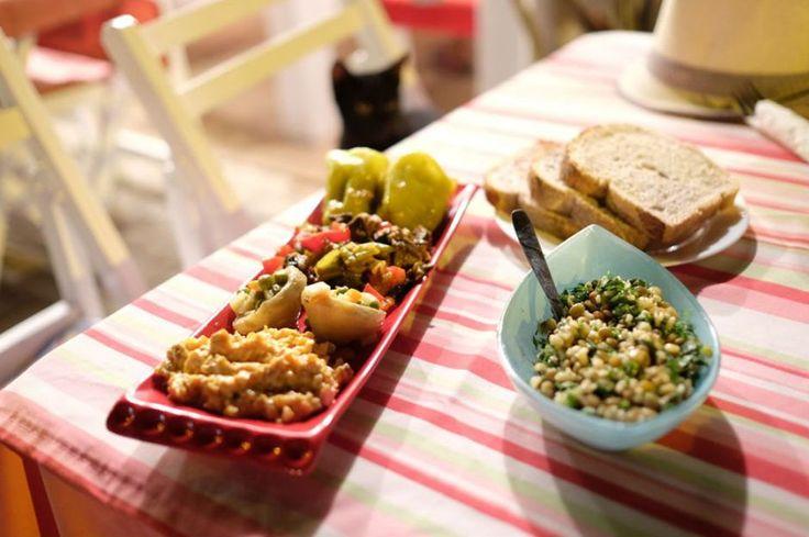 Mis kokulu fesleğen, çam fıstığı ve parmesan peynirinin lezzet verdiği pesto sos tarifini kahvaltıların yanı sıra pek çok tarifte lezzet amaçlı kullanın.