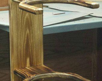 ¿Cansado de tener que establecer su sombrero sobre la mesa o el estante superior del armario? Mi sombrero de herradura bastidores es una gran manera de mantener sus sombreros organizada y limpia. Cada estante del sombrero está montado en una pieza única de reciclado o madera de granero. No hay dos piezas son iguales y no pueden ser exactamente como el ilustrado.  En la foto es un estante para los sombreros de cuatro pero siempre hay trabajos a medida.