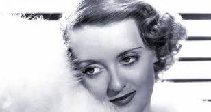 Bette Davis ganadora del Oscar a mejor actriz en 1935, por la película Peligrosa.