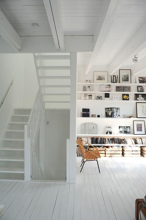 Cette pièce blanche est très lumineuse.