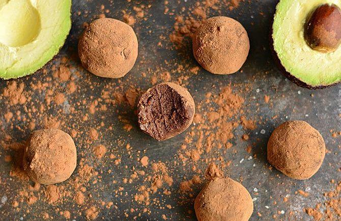 Desertul pe care vi-l prezentăm în acest articol nu conțin nici zahăr, nici făină, nici măcar ouă sau lactate. Au însă un ingredient-secret, care aduce un aport prețios de nutrienți: avocado.