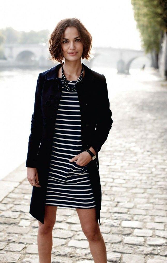 Vestido listrado e casaco comprido, preto e branco, trenchcoat.: