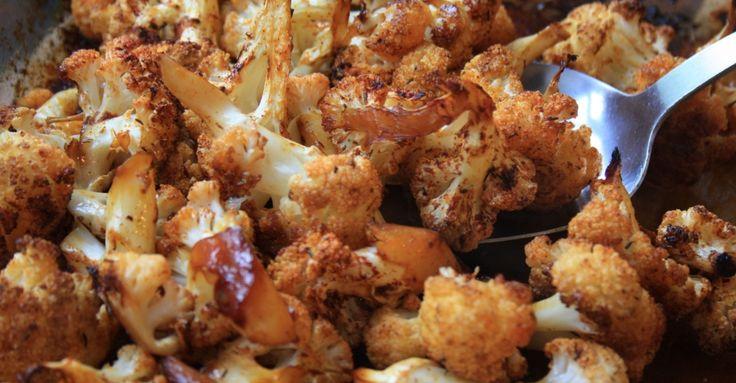 Recept na Květák se slaninou a česnekem z kategorie snadno a rychle: 1 květák, 6 stroužků česneku, 3 plátky slaniny, 2 lžičky olivového oleje, sůl a pe...
