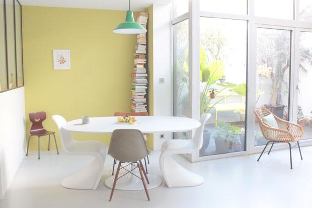 Pezzi come la Panton Chair e la Eames Plastic chair di Vitra sono accostati a mobili recuperati nei mercantini. Parte del tetto è stato rimosso per creare un piccolo patio