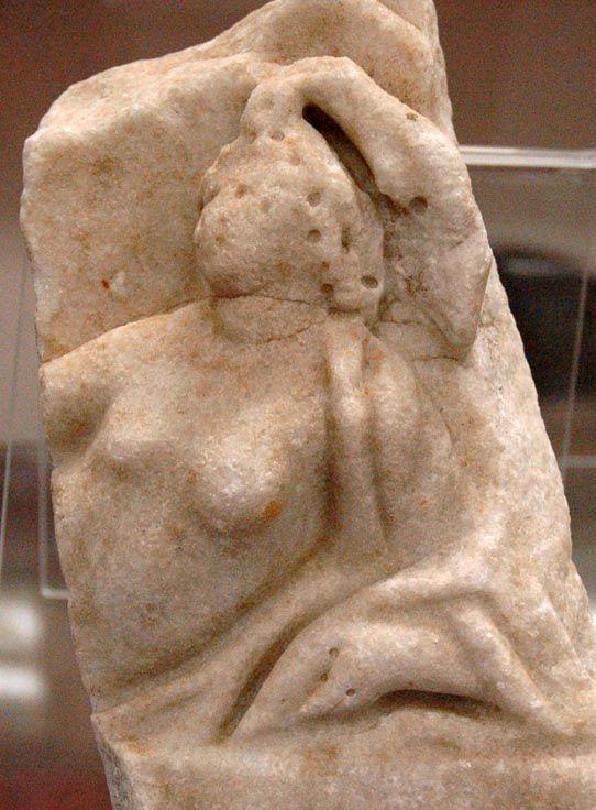 Frammento marmoreo con mito di Arianna/seconda metà II sec/cm 21x14