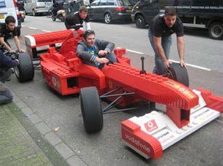 Ook deze Lego Formule 1 car is echt waanzinnig! Al is het jammer dat hij niet echt rijdt :) , aan de duwende mensen te zien.