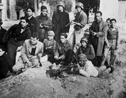 ΕΛΑΣίτες στην Καισαριανή. Παρά το αριθμητικό τους μειονέκτημα απόκρουσαν την επίθεση των ταγματασφαλιτών στη συνοικία.