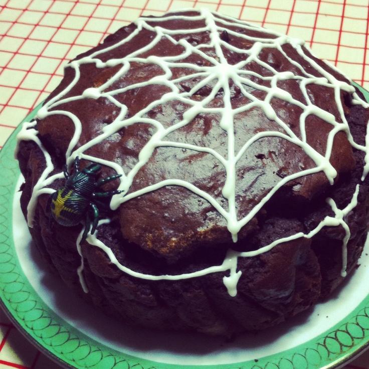 torta al cioccolato con ragnatela di glassa bianca... happy halloween!
