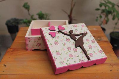 Caixa de Bailarina é feita com técnica de decoupage em guardanapo, e tem divisórias na parte de dentro.  Tam.: 13 x 13 x 5 cm